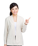 Woman smiling pointing up Royalty Free Stock Images