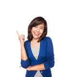 Woman smiling pointing up showing copy space Royalty Free Stock Images