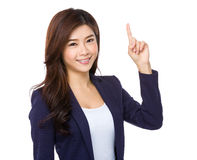 Woman smiling pointing up showing copy space Royalty Free Stock Photography