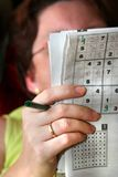 The woman solves Sudoku Royalty Free Stock Images