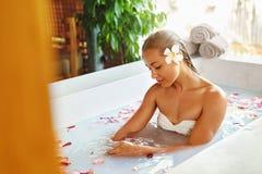 Woman Spa Bloembad Aromatherapy Ontspannende Rose Bathtub schoonheid royalty-vrije stock fotografie