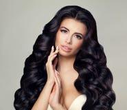Woman Spa Model Perfect Gezicht, Gezond Haar, Handenverstand Royalty-vrije Stock Foto