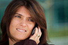 Woman speaking at the cellphone Royalty Free Stock Photo
