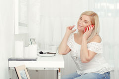 Woman speaks over the phone Royalty Free Stock Photo