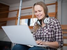 Woman spending leisure time with laptop at home Royalty Free Stock Photos
