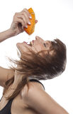 WOMAN SQUEEZING ORANGE Royalty Free Stock Photography