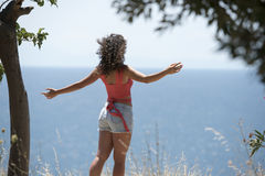 Woman standing at the cliff edge Royalty Free Stock Photos