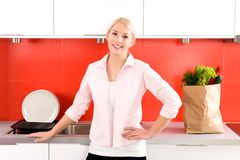 Woman standing in kitchen Royalty Free Stock Photography
