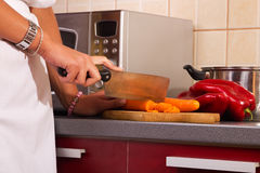 Woman standing in the kitchen and prepare food Royalty Free Stock Photography