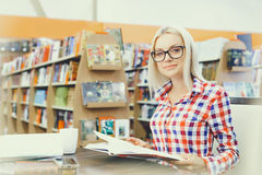 Woman studying in library Royalty Free Stock Photography