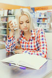 Woman studying in library Royalty Free Stock Photos