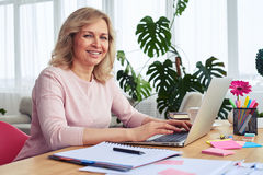 Woman with sunshine smile working in laptop Royalty Free Stock Photos