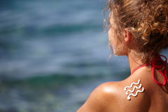 Woman with suntan lotion at the beach Royalty Free Stock Photos