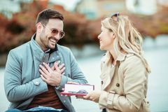 Woman surprising her boyfriend Royalty Free Stock Images