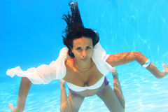 Woman swimming underwater Royalty Free Stock Photography