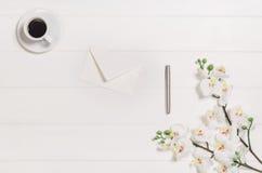Woman& x27 ; table, bureau ou espace de travail de s vus d'en haut Fond de vue supérieure avec l'espace blanc en bois et de copie Photos stock