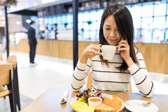Woman talk to mobile phone in coffee shop Royalty Free Stock Photography