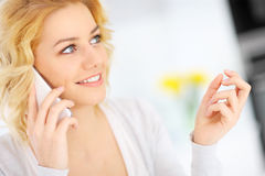 Woman talking on the smarphone Royalty Free Stock Photography