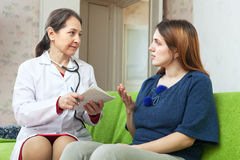 Woman tells the doctor the symptoms Royalty Free Stock Photography