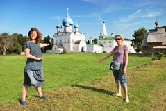 Woman tourists in Suzdal (Russia) Royalty Free Stock Images