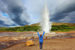 Woman -turist delighted geyser Strokkur Stock Images