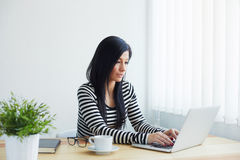 Woman typing on laptop Royalty Free Stock Images