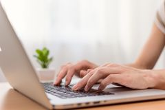 Woman typing on laptop computer Royalty Free Stock Photos