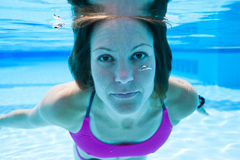 Woman underwater in pool Royalty Free Stock Photography