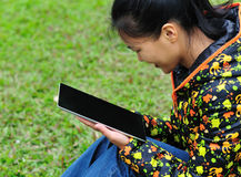 Woman use ipad 4 Royalty Free Stock Photography