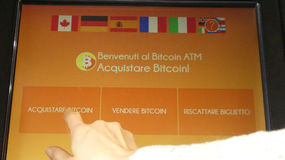 Woman using bitcoin machine Italian language Royalty Free Stock Images