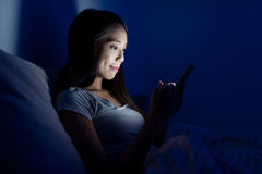 Woman using cellphone at night Royalty Free Stock Photography