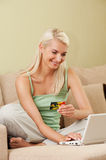Woman using credit card Royalty Free Stock Photos