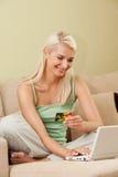 Woman using credit card Royalty Free Stock Photos