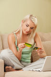 Woman using credit card Royalty Free Stock Photography