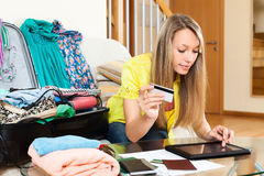 Woman using credit card and tablet Royalty Free Stock Photos