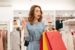 Woman using credit card to shopping online Royalty Free Stock Photos