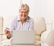 Woman using creditcard to buy internet merchandise Royalty Free Stock Photos