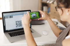 Woman using qr code to pay Royalty Free Stock Images