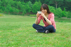 Woman using a smart phone Royalty Free Stock Photography