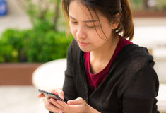 Woman using a smart phone Royalty Free Stock Photos
