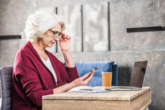 Woman using smartphone Royalty Free Stock Photography
