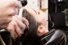 Woman washing her hair in hairsalon Stock Photography