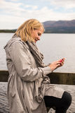 Woman who is focused on her smartphone Royalty Free Stock Photos