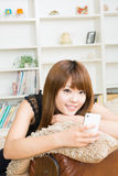The woman who uses the smartphone Royalty Free Stock Photos