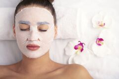 Free Woman With Cotton Face Mask In Beauty Salon Royalty Free Stock Photos - 172738618