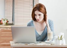Woman is working on the pc Royalty Free Stock Photography
