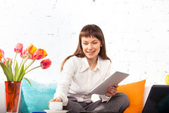 Woman working on a tablet computer Royalty Free Stock Photos