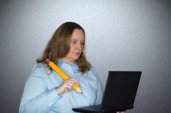Woman working very focused on her laptop Royalty Free Stock Images