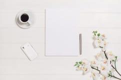 Woman& x27; 从上面被看见的s桌、书桌或者工作区 与白色木头和拷贝空间的顶视图背景 库存图片
