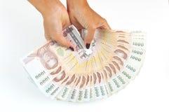 Woman' 拿着泰国的s手1000泰铢钞票 免版税图库摄影
